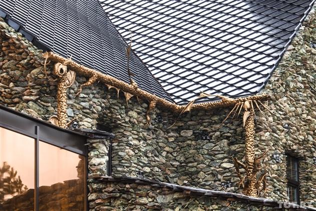 Бизнесмен построил в Ратомке дом с чертями
