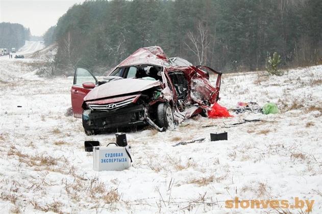 Под Слонимом Hyundai врезался в фуру: двое погибших и двое пострадавших