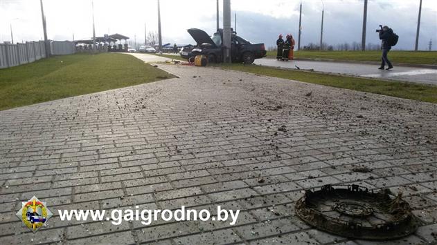 В Гродно Audi вылетела с дороги и врезалась в столб: водитель погиб