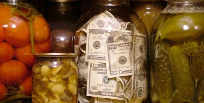 В Лиде мужчина закатал в банку $5500 и лишился сбережений