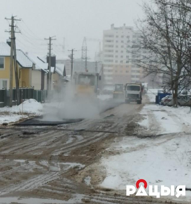 В Лиде стали укладывать асфальт в снегопад и слякоть