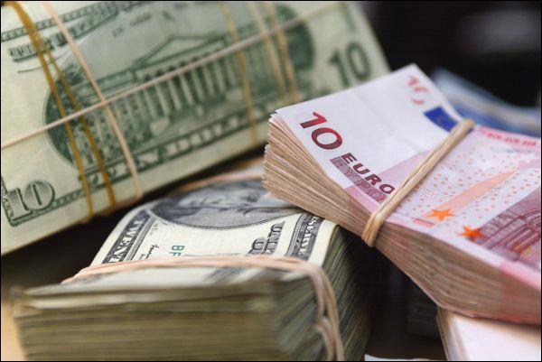 На первых торгах года рубль ослаб ко всем валютам