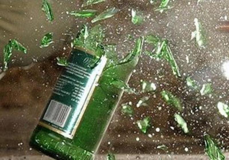 За выброшенную из окна бутылку на пенсионера завели уголовное дело