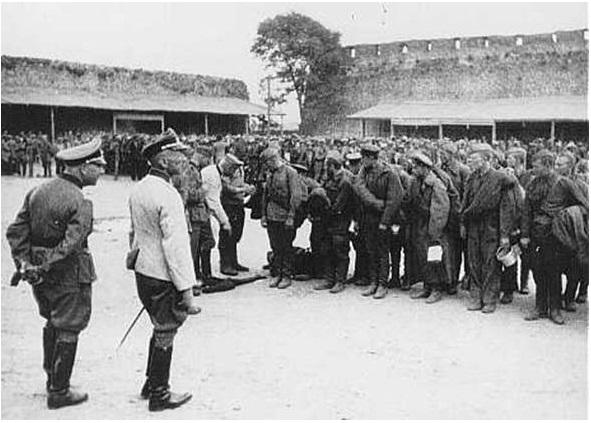 В Лиде на плакатах к 9 мая разместили фото немецких офицеров с военнопленными
