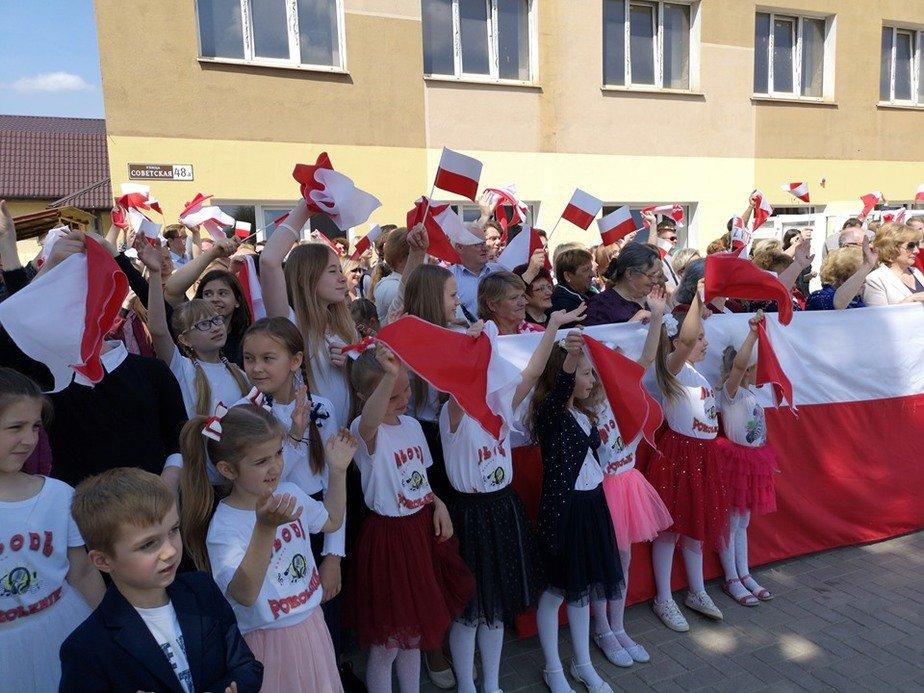 В Лиде встречали польского чиновника огромным польским флагом