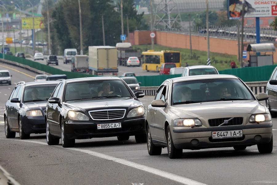 С 25 мая водители обязаны включать ближний свет фар