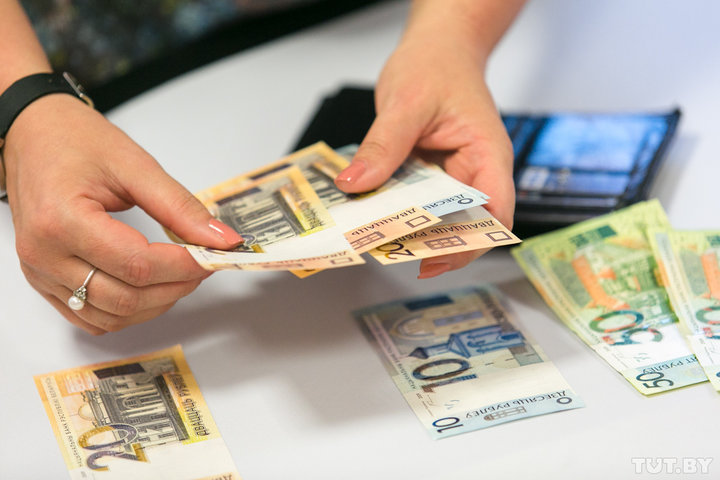 В Беларуси более трети работников получают зарплату выше 1 тыс. рублей