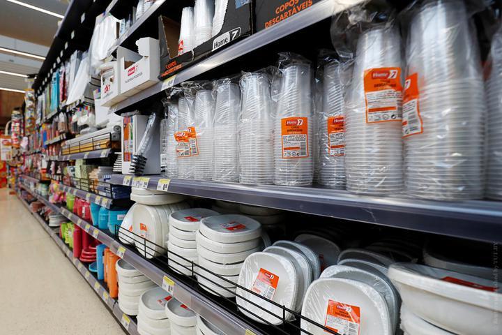 В Беларуси запретили использовать пластиковую посуду в общепите