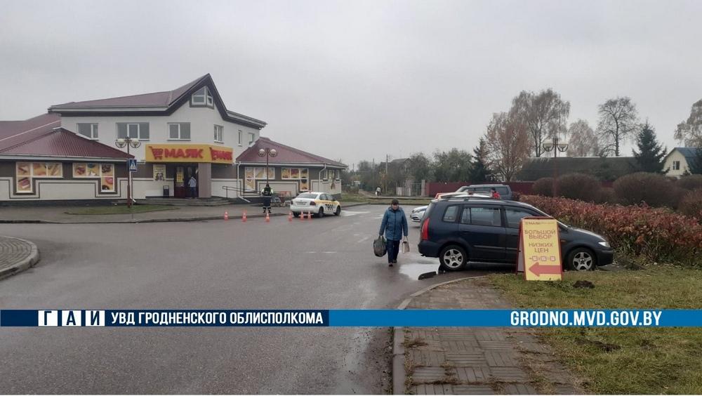 В Лиде неопытный таксист сбил пенсионерку на парковке