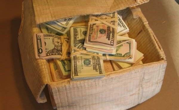 В Гродно пенсионерка украла коробку с деньгами