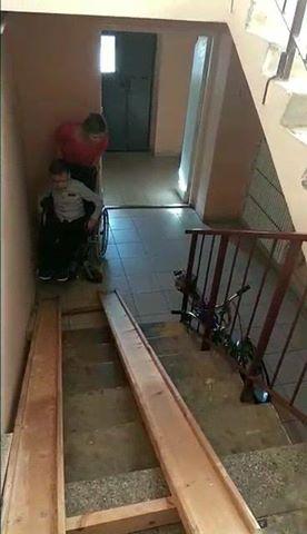 Мама из Лиды сняла видео о том, как пытается поднять сына на коляске по пандусу в подъезде