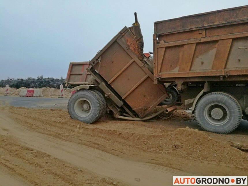 В Лидском районе столкнулись два МАЗа с песком