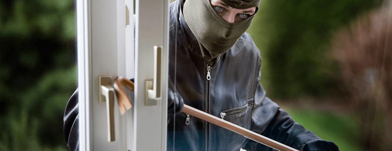 В Лиде воры в масках похитили из салона связи 35 дорогих смартфонов