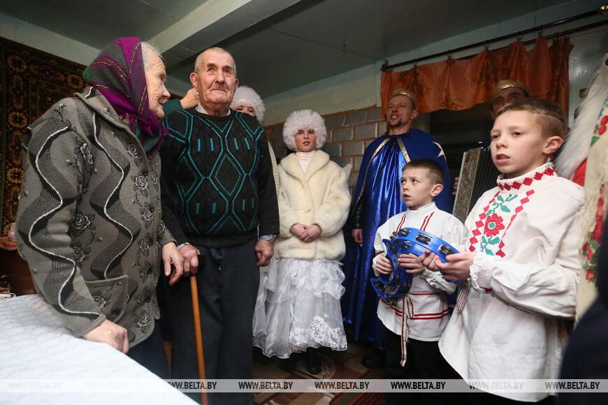Колядовщики посещают семью Чижик в деревне Мейры Лидского района