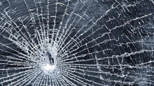 СтопХам по-лидски: разбил стекло тарелкой. Фото носит иллюстративный характер.