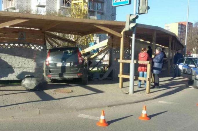 В Лиде внедорожник пробил бетонный забор стройплощадки